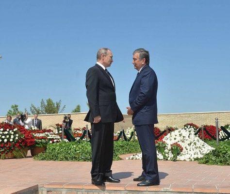 Poutine et Mirzioïev sur la tombe de Karimov