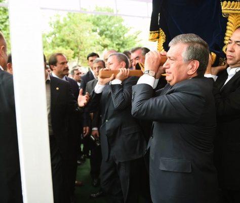 Azimov et Mirzioïev portants le cercueil de Karimov