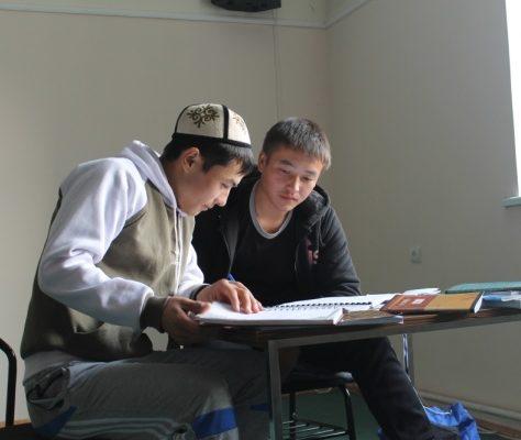 Photo jeunes étudiant le Coran