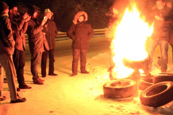 Des habitants de Bichkek se réchauffent en faisant brûler des pneus. Crédit : Sherzod Babakulov