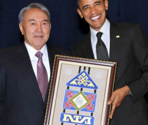 Noursultan Nazarbayev et Barack Obama lors de la remise du talisman. Crédit : The Astana Times
