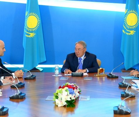 Noursoultan Nazarbaïev en réunion
