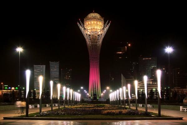 Le boulevard Nurzhol dans la nuit.  Crédit: platpaul.livejournal